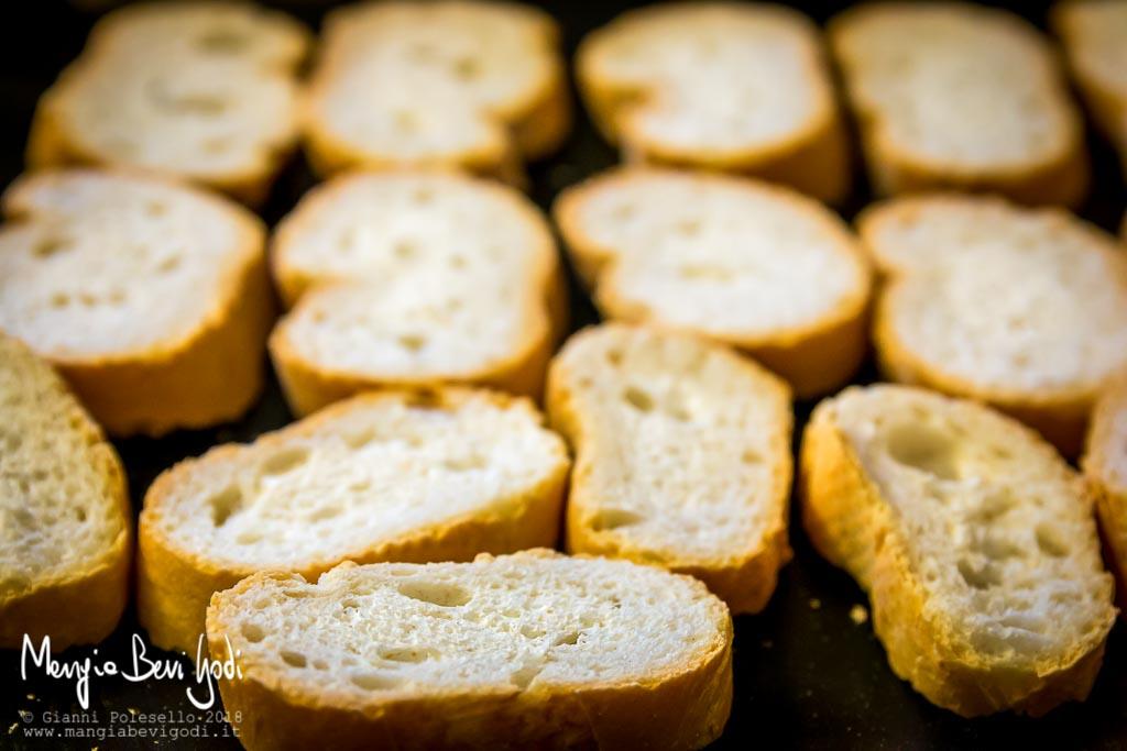Tostare i crostini su placca da forno