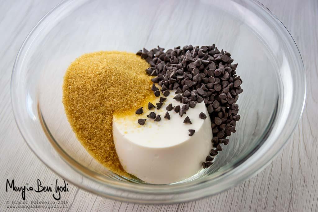 Ricotta, gocce di cioccolato e zucchero per la preparazione del ripieno