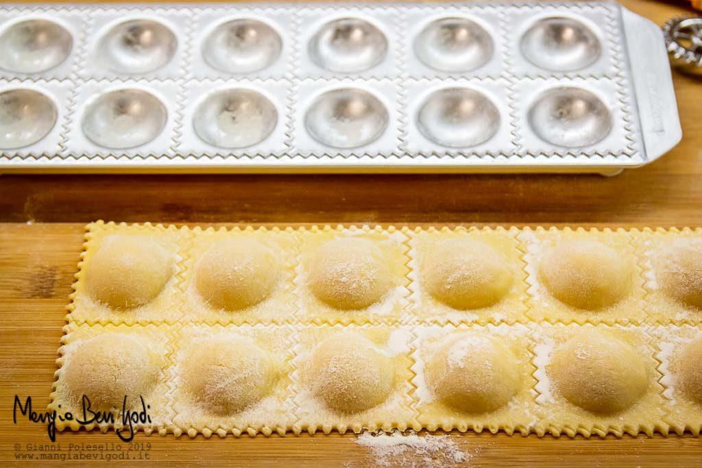 Preparazione ravioli di zucca