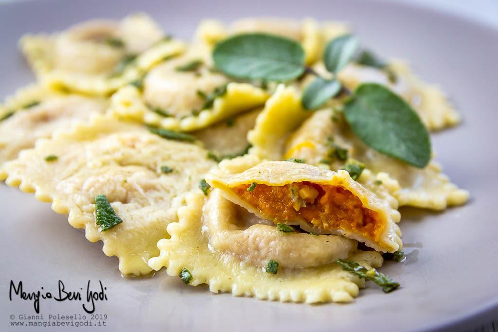 Ravioli con zucca, gorgonzola e noci