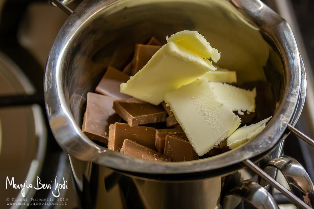 Sciogliere il burro e il cioccolato a bagnomaria