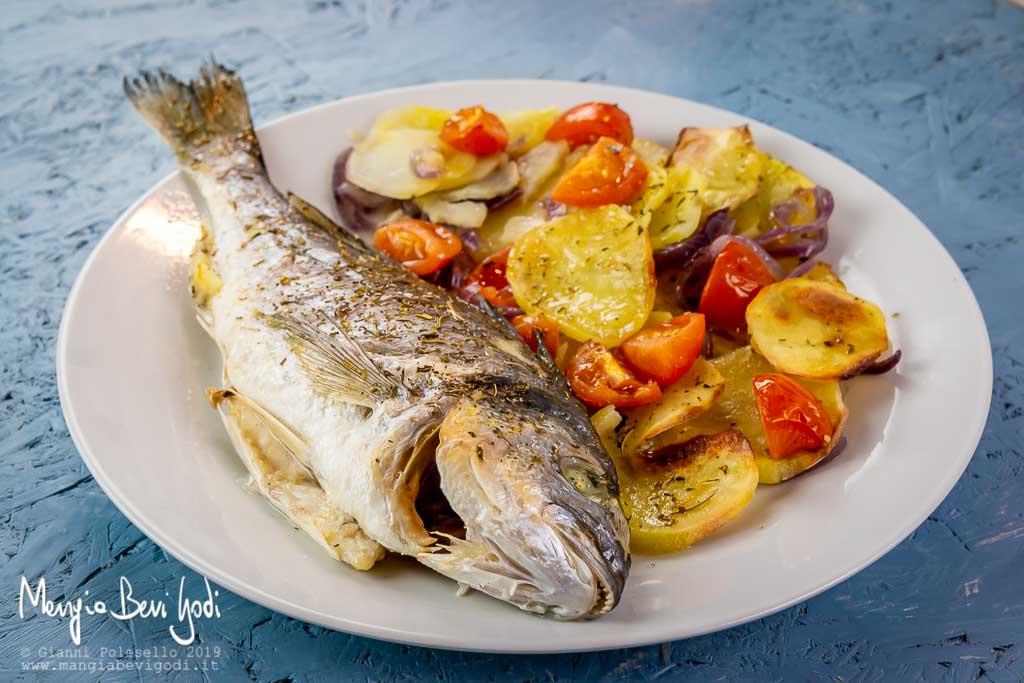 Ricetta Orata Al Forno Patate E Pomodorini.Orata Al Forno Con Patate Mangia Bevi Godi Blog Di Cucina E Ricette