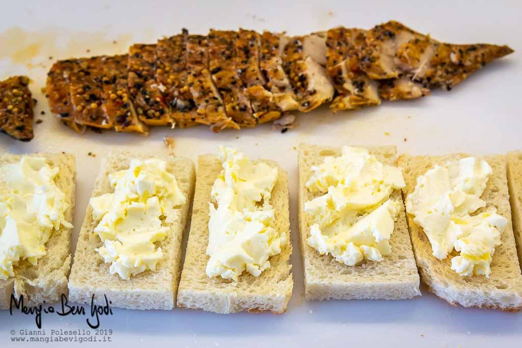 Crostini spalmati con burro montato e filetto di sgombro affumicato tagliato a fettine