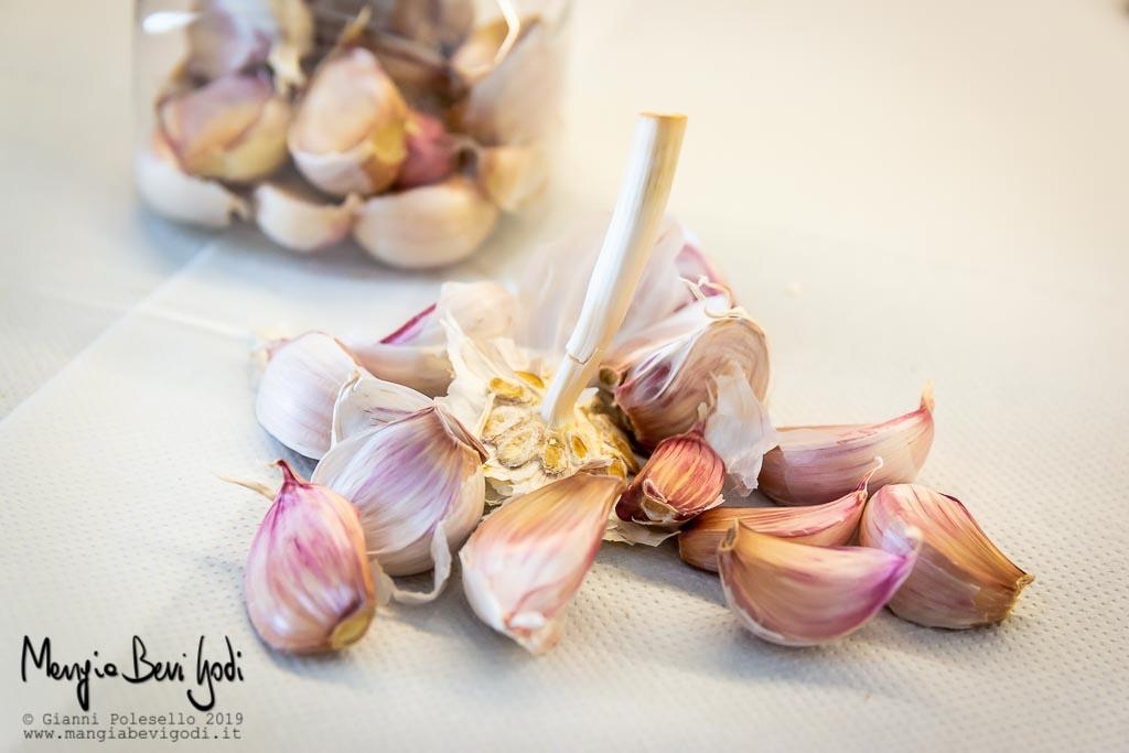 Trasferire gli spicchi d'aglio in un barattolo
