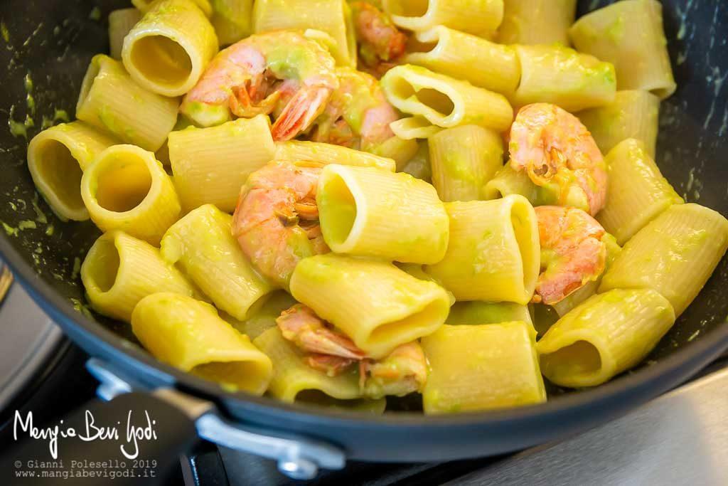wok antiaderente con dentro paccheri e sugo di asparagi e gamberoni