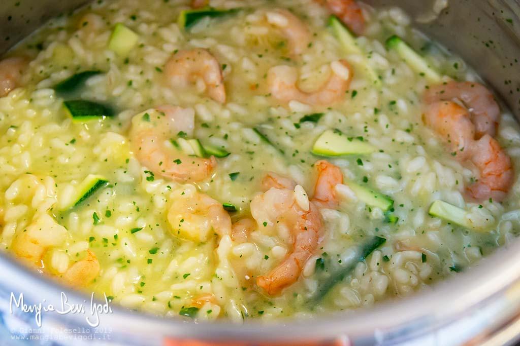 Mantecatura risotto zucchine e gamberetti in pentola a pressione