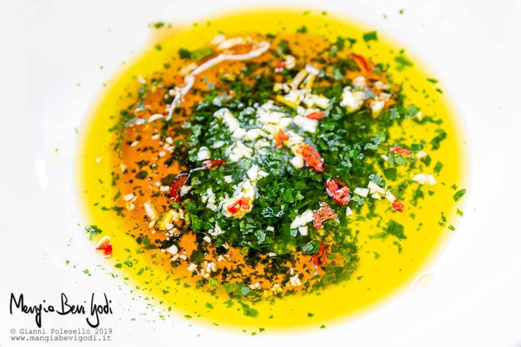 Colatura di alici in emulsione con olio, aglio, prezzemolo e peperoncino
