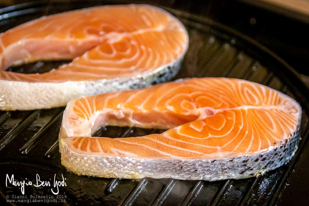 Cottura salmone su griglia di ghisa
