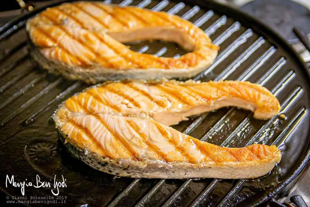 Cottura salmone su piastra di ghisa