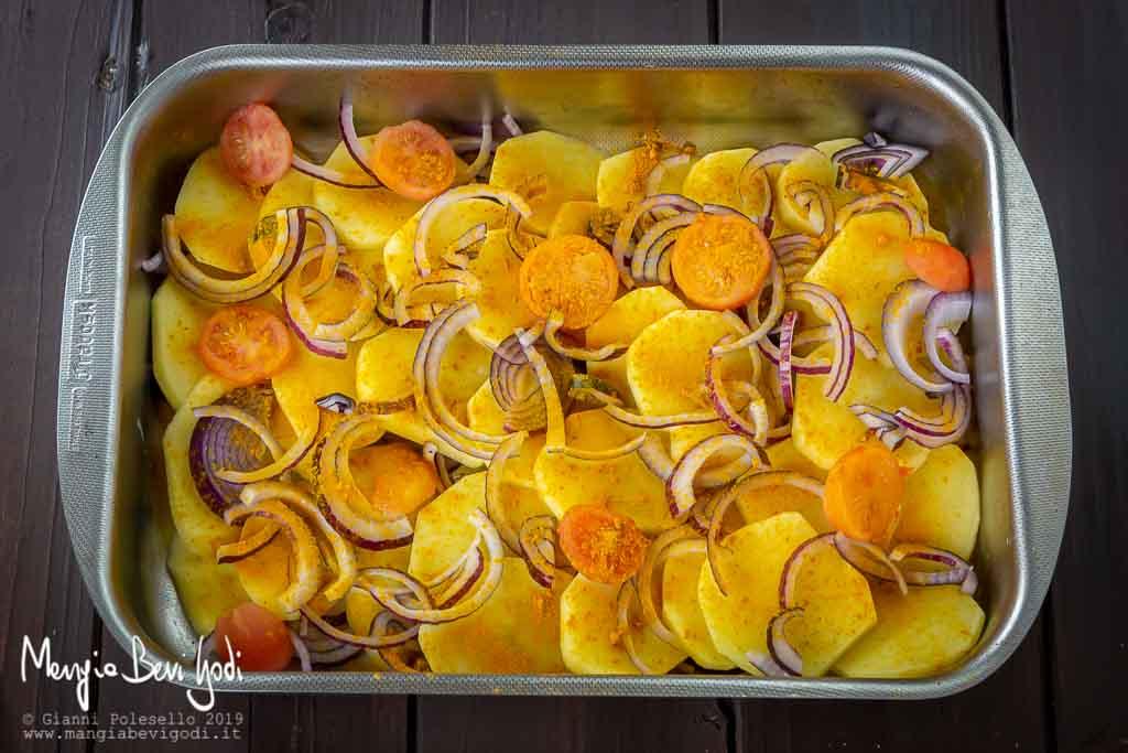 Preparazione patate e cipolle alla curcuma