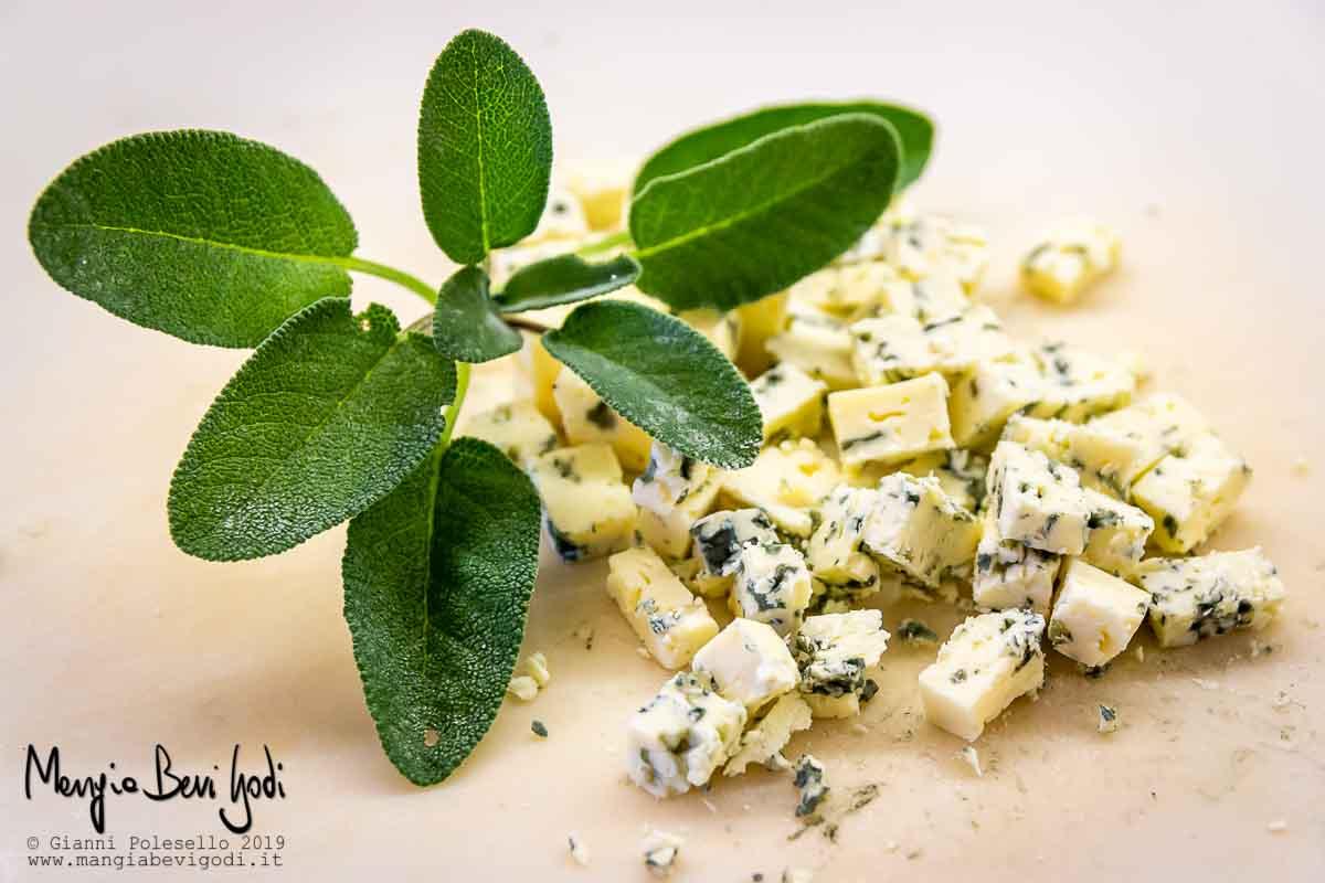 Gorgonzola tagliato a cubetti e salvia