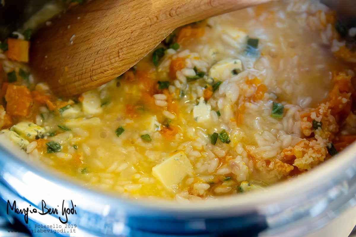 Mantecare risotto zucca e gorgonzola