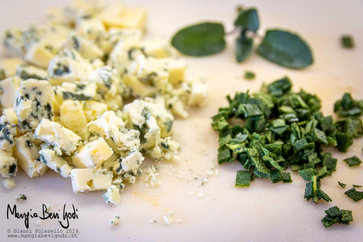 Salvia tritata e gorgonzola a cubetti