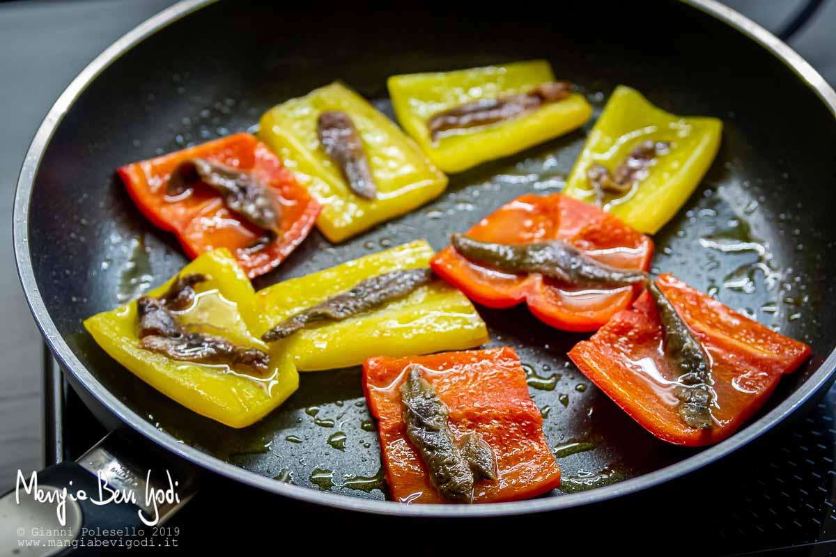 Cottura peperoni con alici in padella