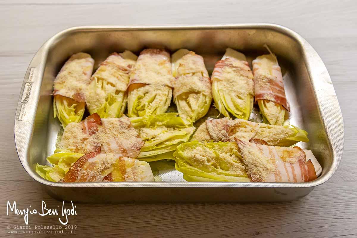 Preparazione indivia belga al forno con pangrattato
