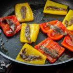 Peperoni in padella con acciughe e aceto