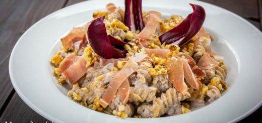 Pasta al radicchio di Treviso, speck e noci