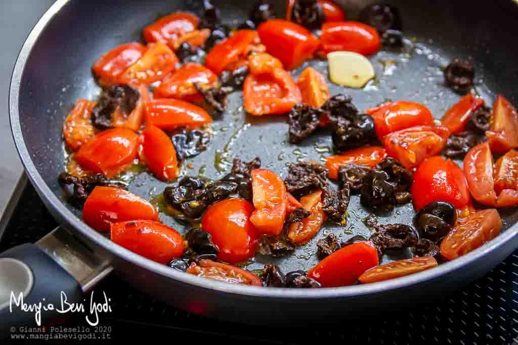 Cottura pomodorini e olive nere in padella