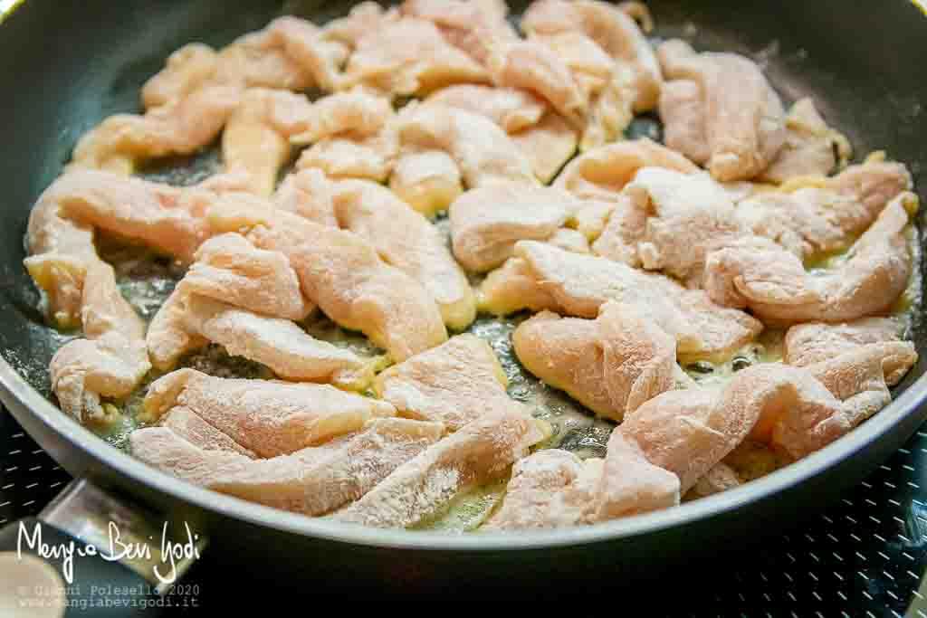 Rosolare gli straccetti di pollo