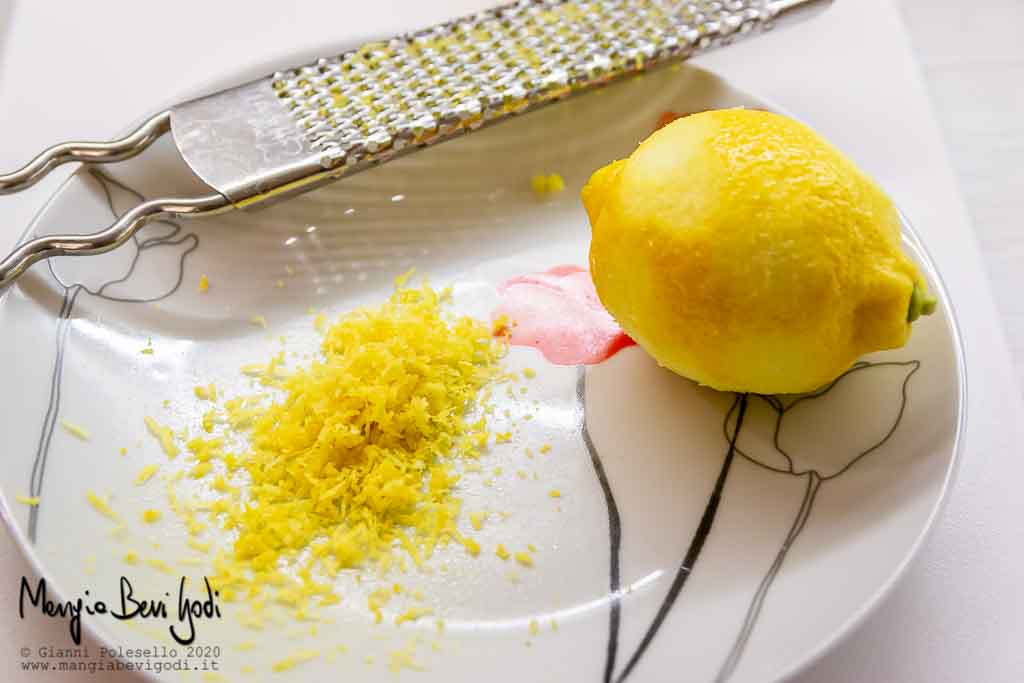 Grattugiare la buccia del limone