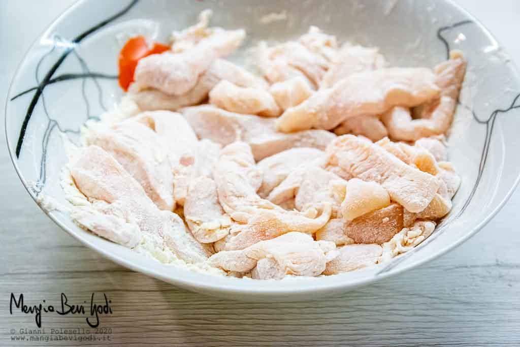 Infarinare gli straccetti di pollo