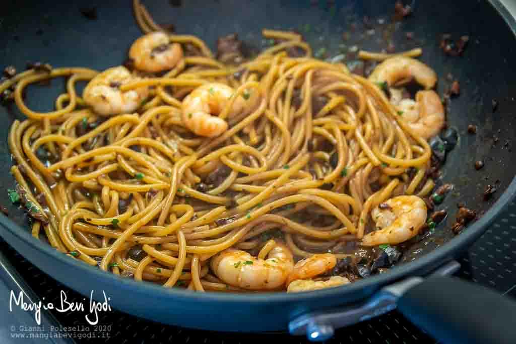 Preparazione spaghetti con gamberi e olive
