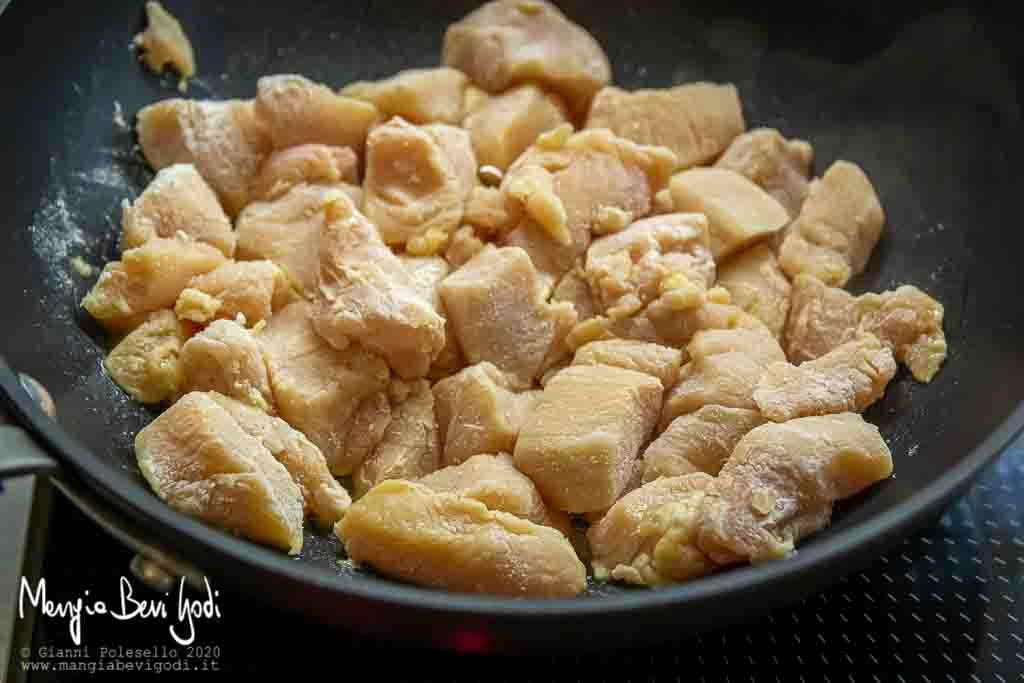 Rosolare i bocconcini di pollo in padella