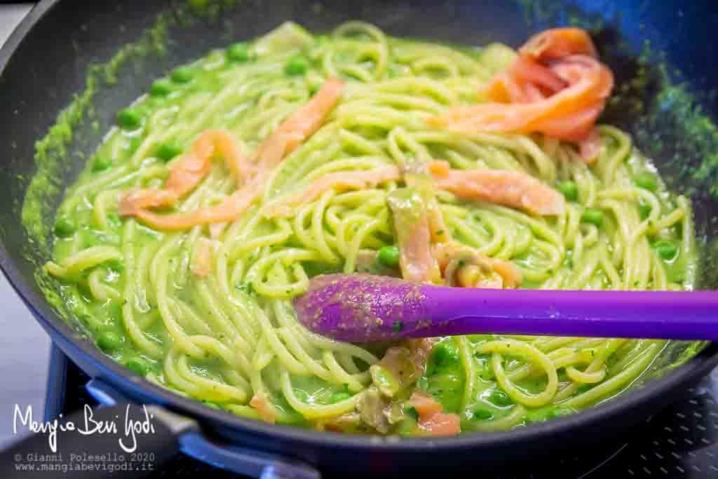 Preparazione spaghetti al salmone e piselli