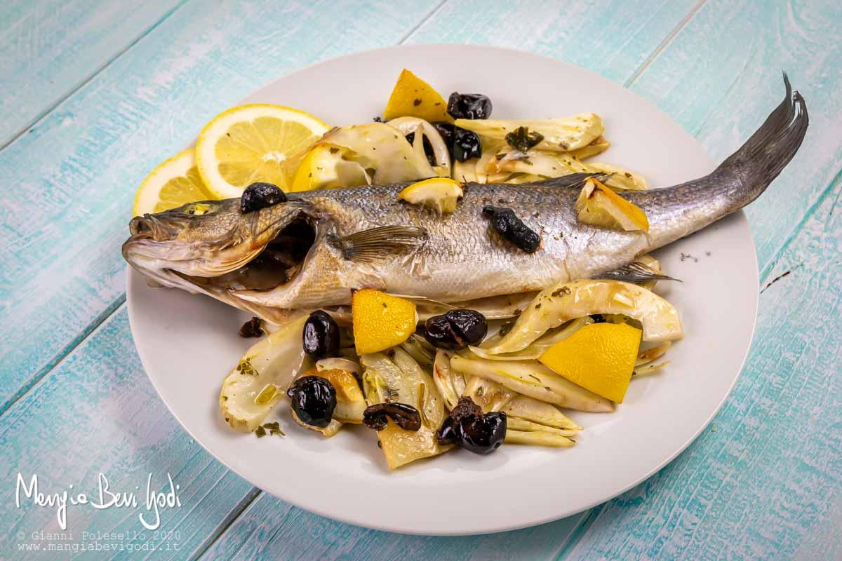 Branzino con finocchi, olive e limone