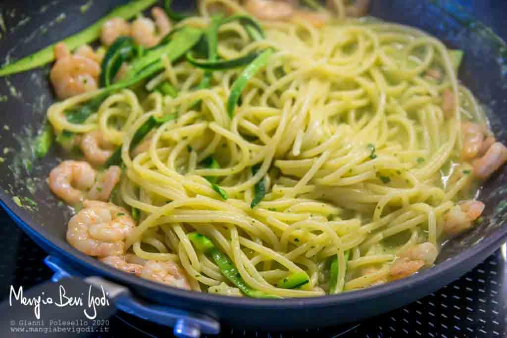Cottura pasta con zucchine e gamberetti