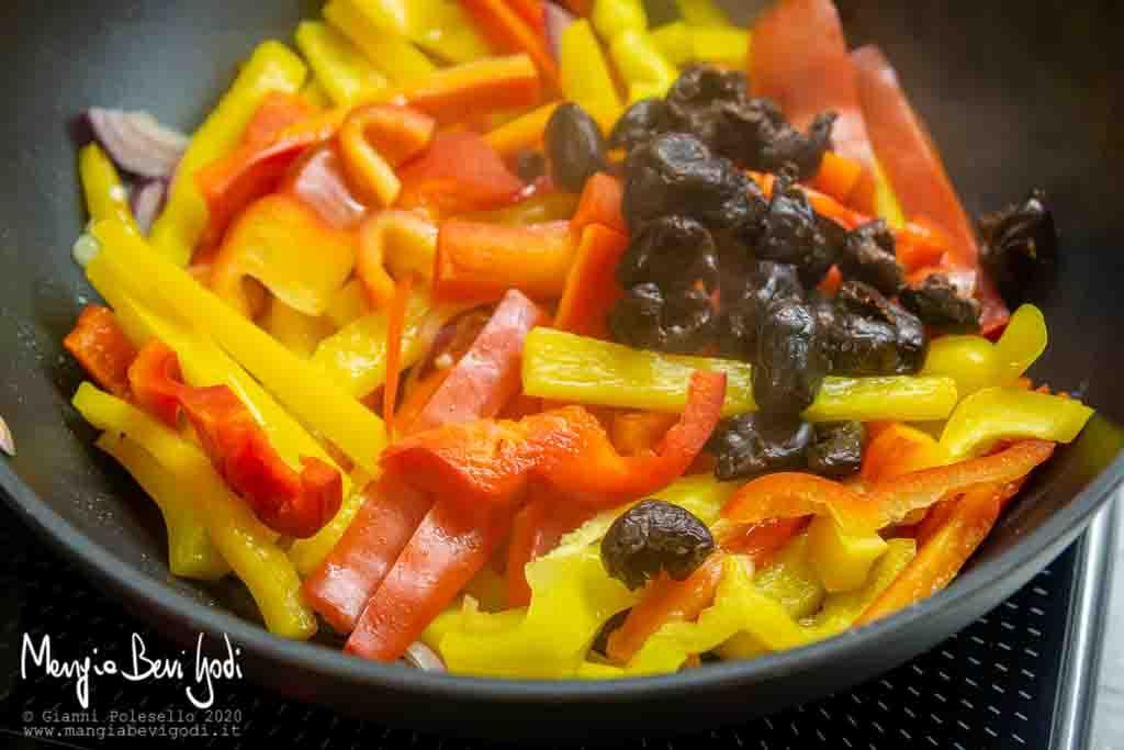 Cottura peperoni e olive in padella