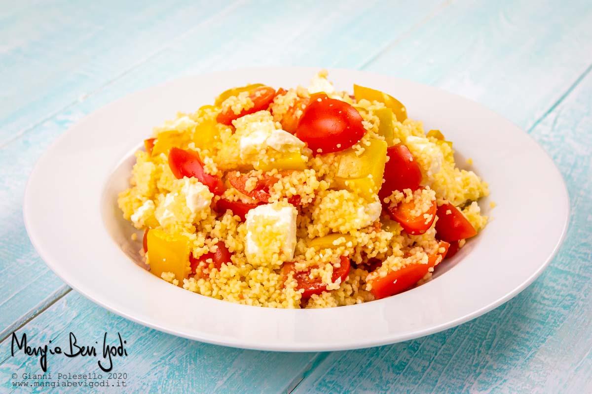Cous cous vegetariano con feta, peperoni e pomodorini