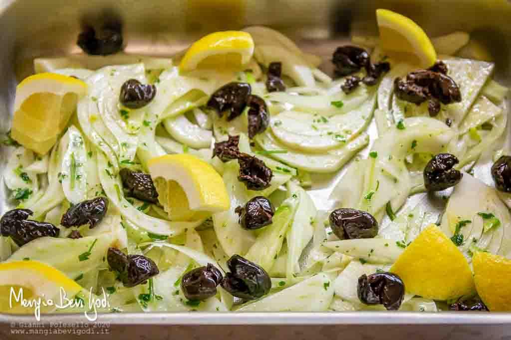 Teglia da forno con finocchi, olive nere e limone a pezzi