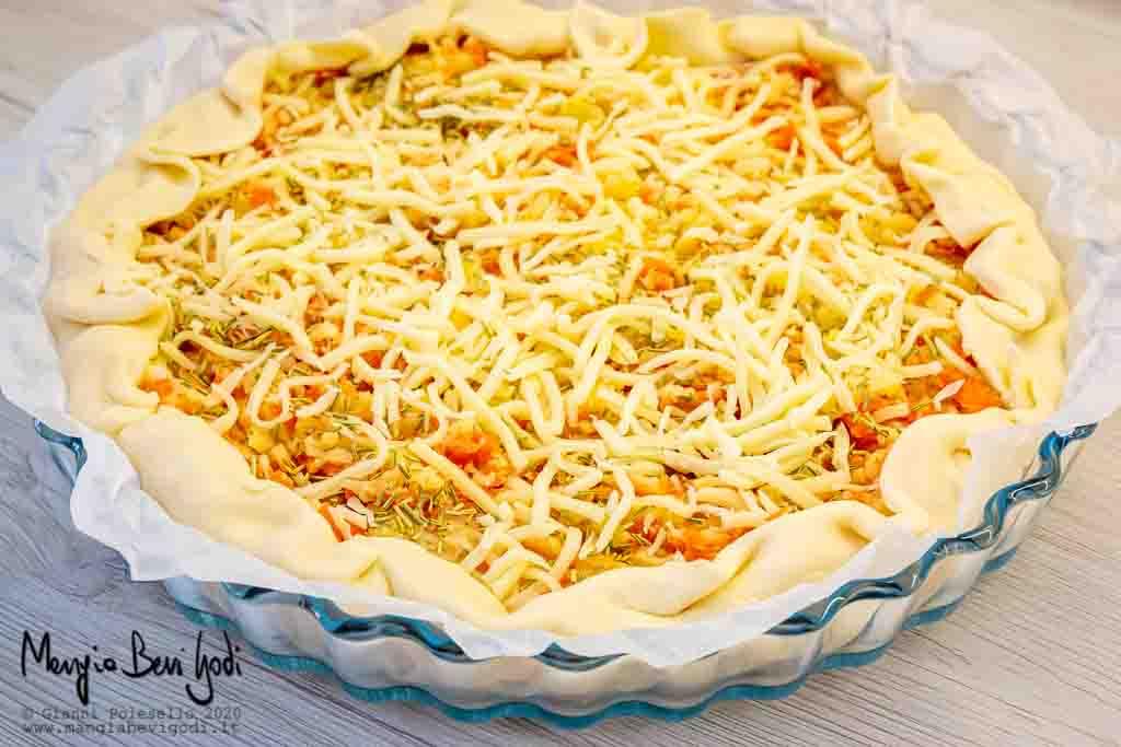 Preparazione torta salata con salmone e patate