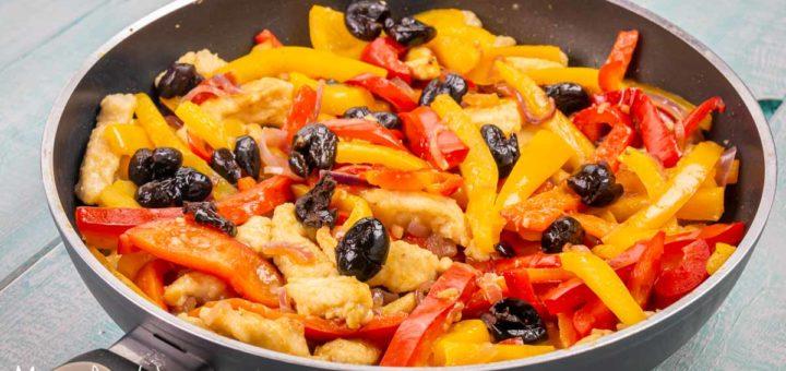 Straccetti di pollo ai peperoni e olive