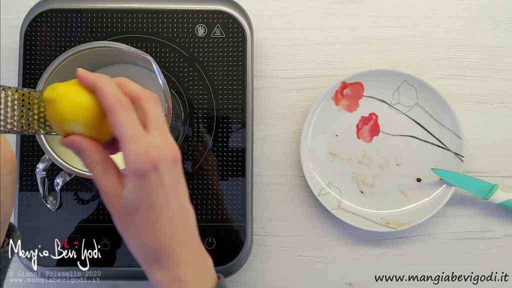 Aromatizzare il latte per la crema pasticcera con vaniglia e scorza di limone