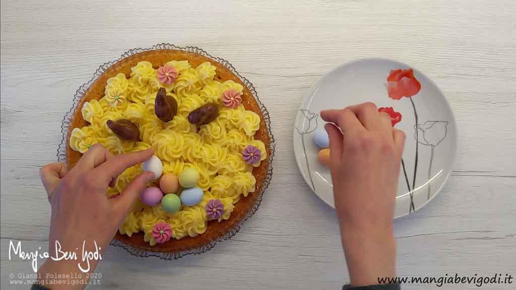 Guarnire il dolce di Pasqua con decorazioni in zucchero e cioccolato