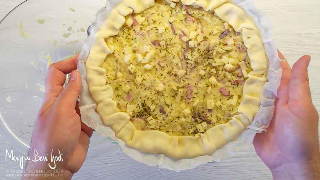 Preparazione torta salata con patate cipolle pancetta e formaggio