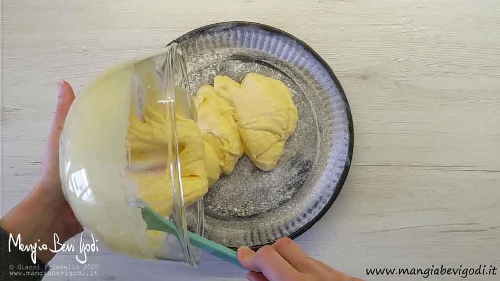 Versare l'impasto nello stampo furbo per crostate