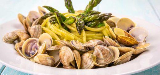 Spaghetti con vongole e asparagi