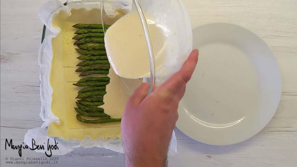 Preparazione torta salata con asparagi