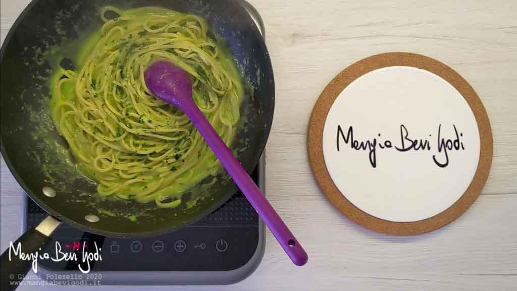Cottura pasta con crema di asparagi e vongole