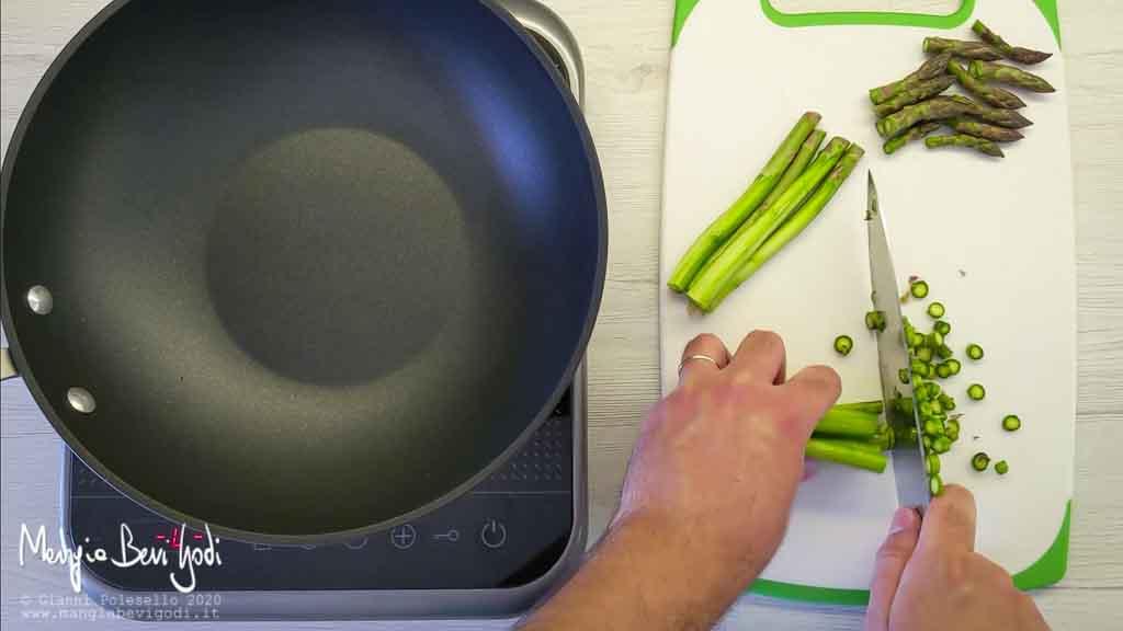 Pulire e tagliare gli asparagi