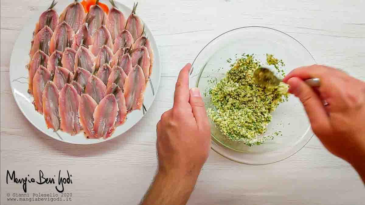Mescolare in una ciotola pangrattato, pecorino, prezzemolo tritato, aglio