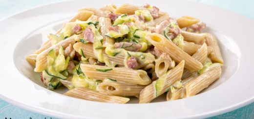 Pasta con zucchine, philadelphia e pancetta