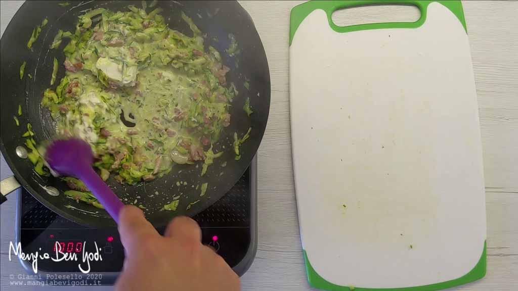 Cottura pasta con zucchine, philadelphia e pancetta