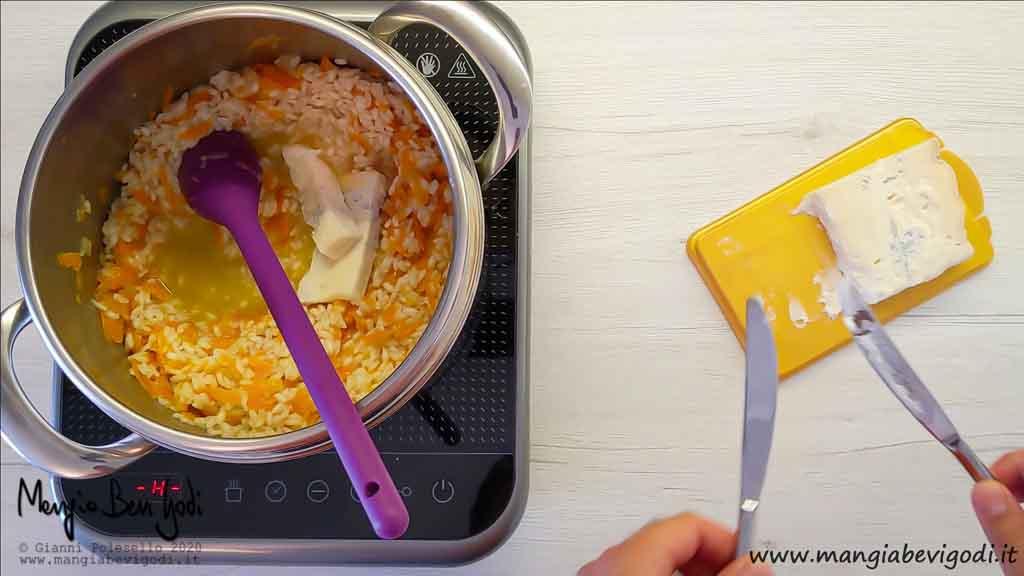 Mantecare risotto alle carote e gorgonzola
