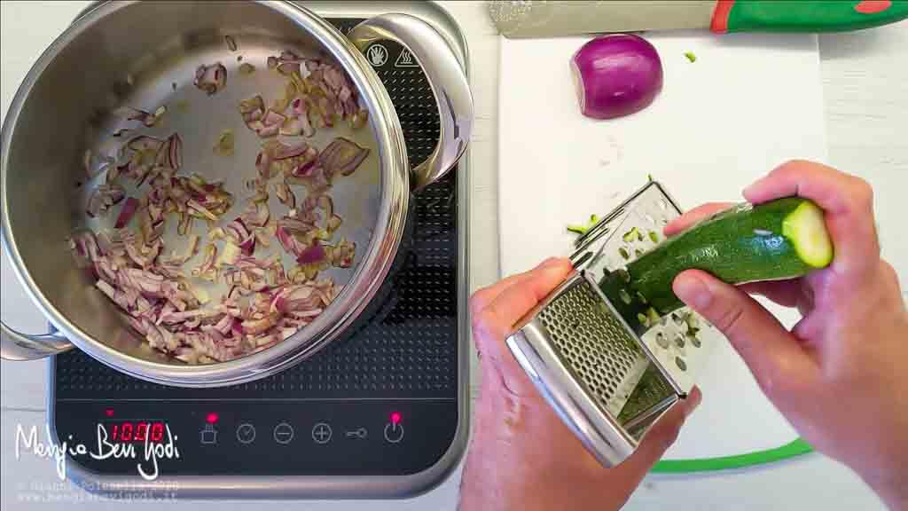 Tritare e soffriggere la cipolla. Grattugiare la zucchina.