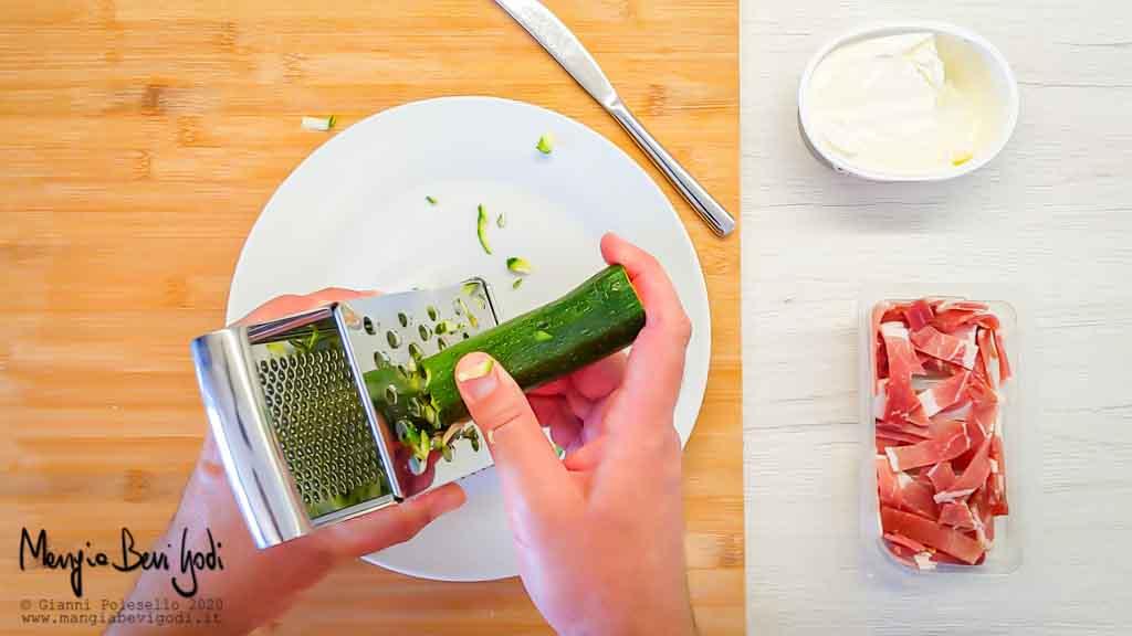 Grattugiare la zucchina