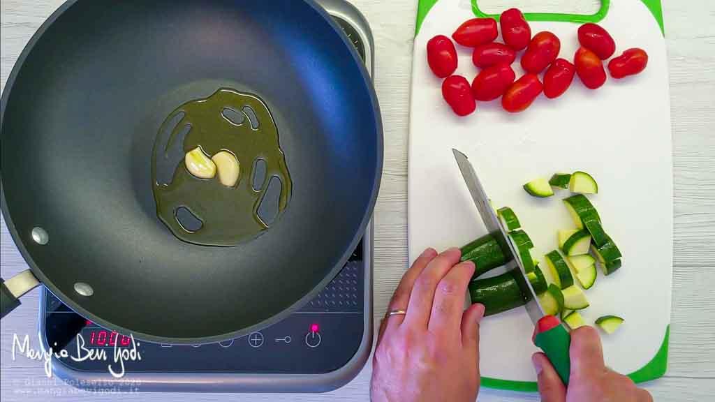 Preparazione cous cous con zucchine e gamberi